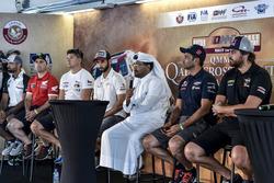السائقون والدراجون قبيل انطلاق منافسات رالي قطر الصحراوي