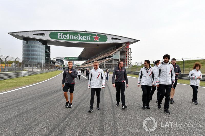 Кевін Магнуссен, Haas F1 Team, йде треком