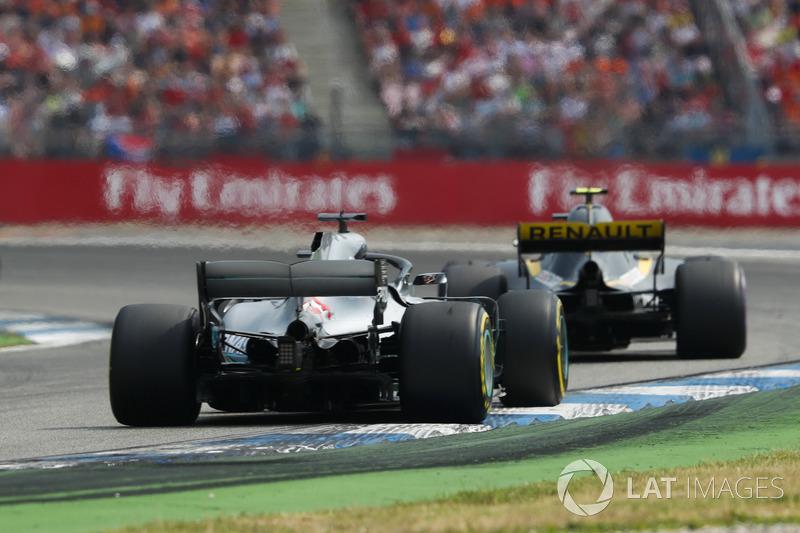 Lewis Hamilton, Mercedes AMG F1 W09, Carlos Sainz Jr., Renault Sport F1 Team R.S. 18