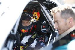 Sébastien Ogier bestuurt de Mercedes-AMG C63 DTM met Timo Scheider