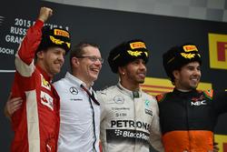Sebastian Vettel, Ferrari, Andy Cowell, le vainqueur Lewis Hamilton, Mercedes AMG F1 et Sergio Perez, Force India celebrate sur le podium