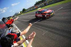 Adam Morgan, Ciceley Motorsport Mercedes-Benz A-Class toma la bandera a cuadros