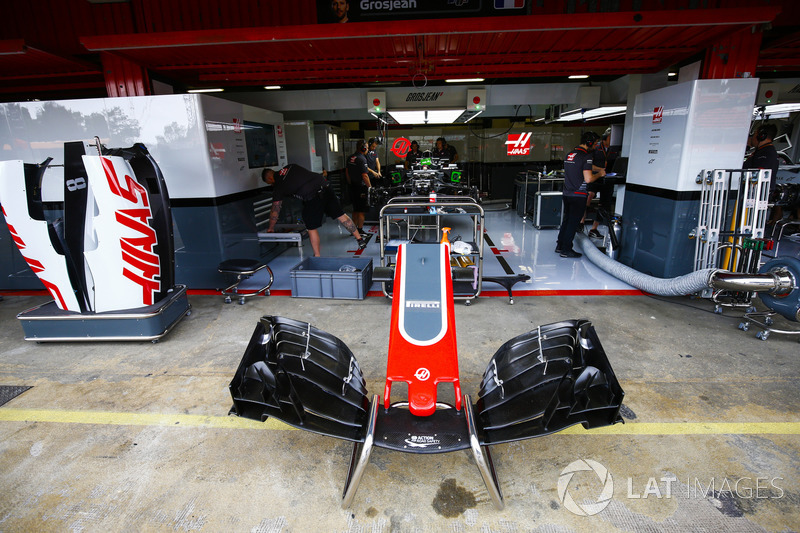 Personal de Haas en el trabajo en el garaje del equipo