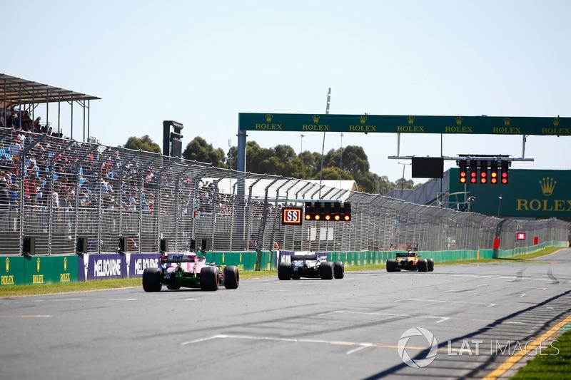 Stoffel Vandoorne, McLaren MCL33 Renault, Lewis Hamilton, Mercedes AMG F1 W09, y Sergio Pérez, Force India VJM11 Mercedes
