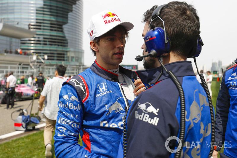 Pierre Gasly, Toro Rosso, en la parrilla con un ingeniero