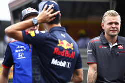 Brendon Hartley, Toro Rosso, talks with Daniel Ricciardo, Red Bull Racing, alongside Kevin Magnussen, Haas F1 Team