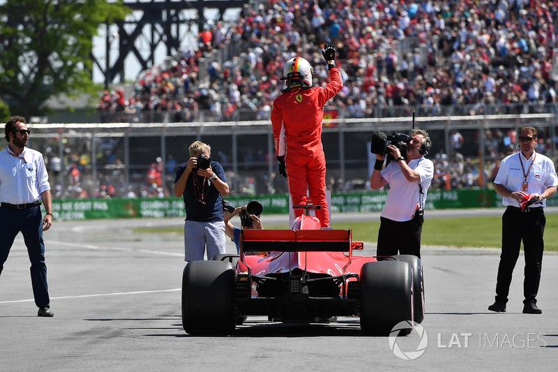 Il poleman Sebastian Vettel, Ferrari SF71H festeggia nel parco chiuso
