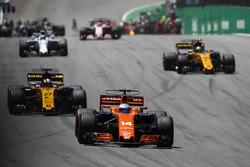 Fernando Alonso, McLaren MCL32, Nico Hulkenberg, Renault Sport F1 Team RS17, Carlos Sainz Jr., Renault Sport F1 Team RS17, Felipe Massa, Williams FW40, lors du tour de formation