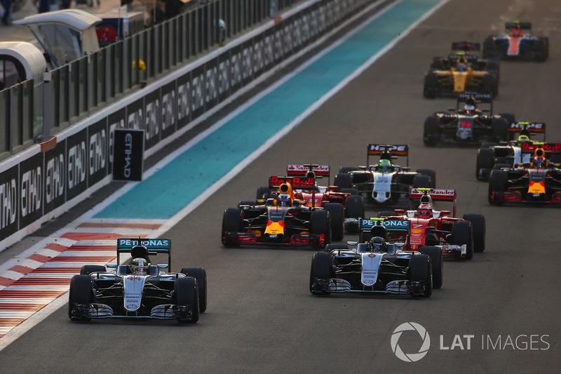 Льюіс Хемілтон, Mercedes F1 W07 Hybrid, Ніко Росберг, Mercedes F1 W07 Hybrid, Кімі Райкконен, Ferrari SF16-H, Даніель Ріккардо, Red Bull Racing RB12 та інші на старті