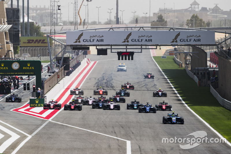 Lando Norris, Carlin, leads Sergio Sette Camara, Carlin and the rest of the field at the start of the race