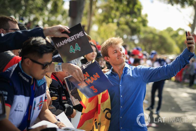 Nico Rosberg, Mercedes-Benz Ambassador fans selfie
