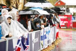 Les fans attendent sous la pluie