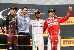 Podio: il vincitore della gara Lewis Hamilton, Mercedes AMG F1, il secondo classificato Max Verstappen, Red Bull Racing, il terzo classificato Kimi Raikkonen, Ferrari