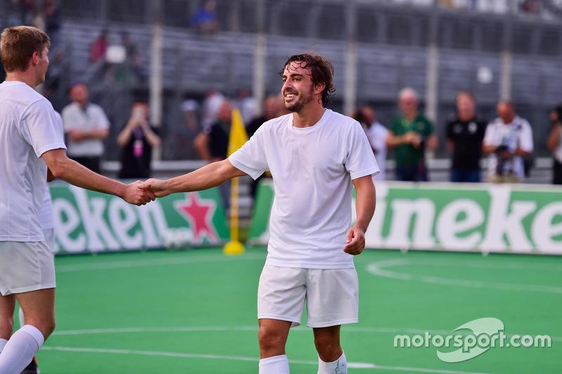 Max Verstappen, Red Bull Racing ve Fernando Alonso, McLaren, futbol maçında