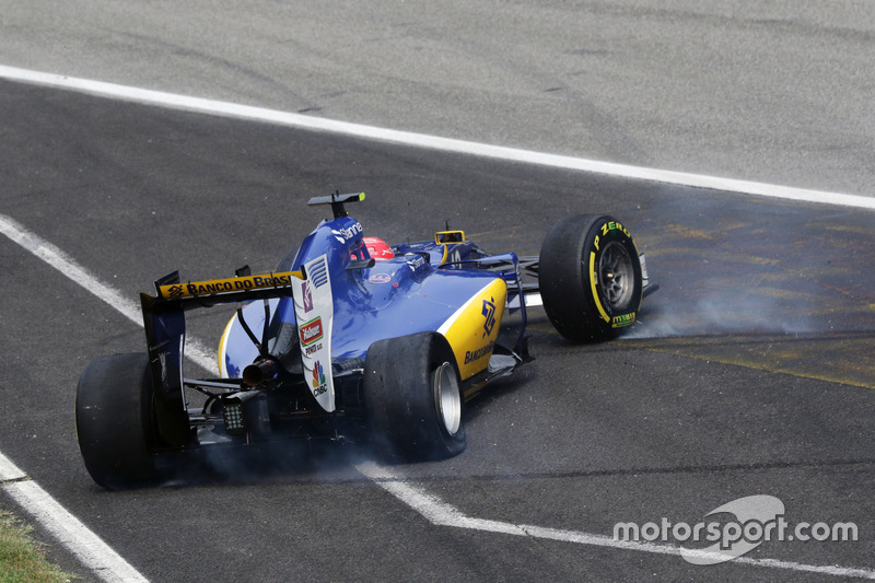 Felipe Nasr, Sauber C35 after a collision with Jolyon Palmer, Renault Sport F1 Team RS16