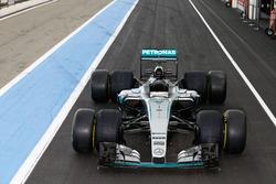 Mercedes AMG F1 W07 Hybrid с шинами Pirelli 2017 и 2016 годов