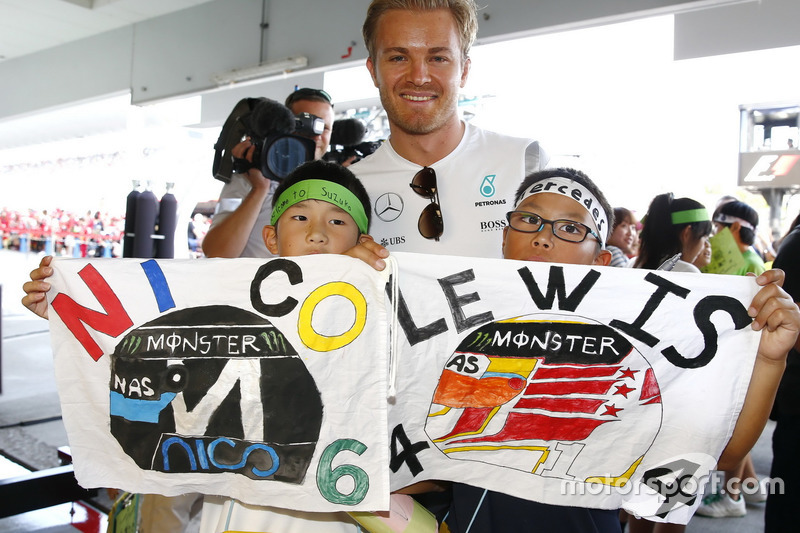 Nico Rosberg, Mercedes AMG F1 with little fans