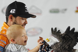 Sieger Kyle Larson mit Sohn Owen