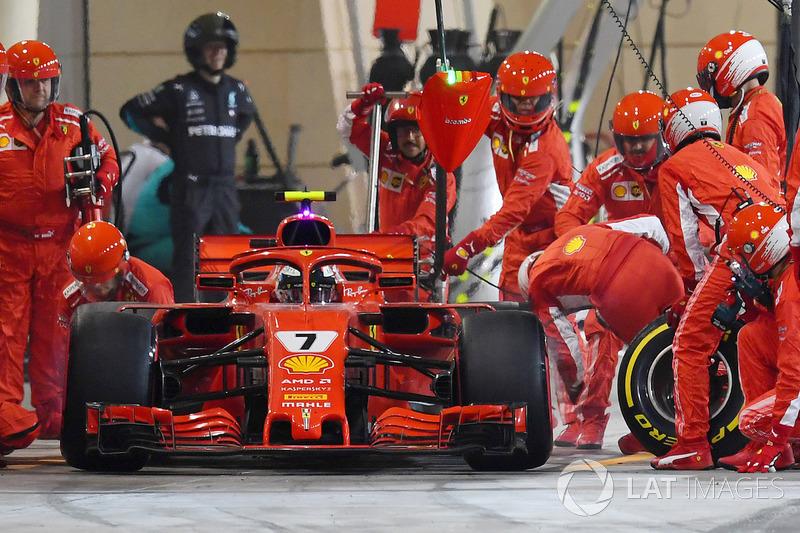 Kimi Raikkonen, Ferrari SF71H accidente con el mecánico en pits