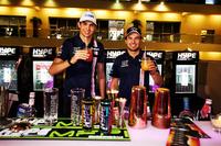 Esteban Ocon, Sahara Force India F1, Sergio Pérez, Sahara Force India F1 con bebidas