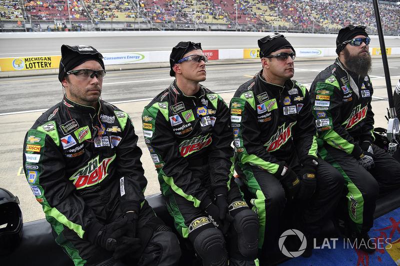 Chase Elliott, Hendrick Motorsports, Chevrolet Camaro Mountain Dew / Little Caesars crew