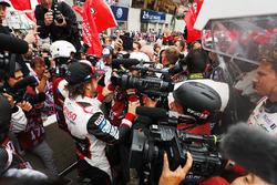 Фернандо Алонсо святкує перемогу разом зі своєю командою Toyota Gazoo Racing
