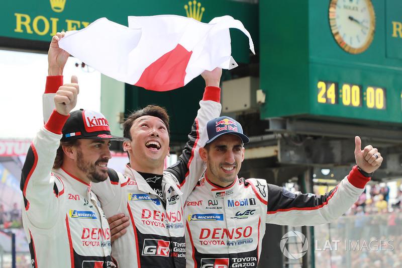 Los ganadores de las 24 Horas de Le Mans 2018: #8 Toyota Gazoo Racing Toyota TS050: Sébastien Buemi, Kazuki Nakajima, Fernando Alonso