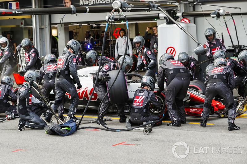 Romain Grosjean, Haas F1 Team VF-18 Ferrari, pit stop