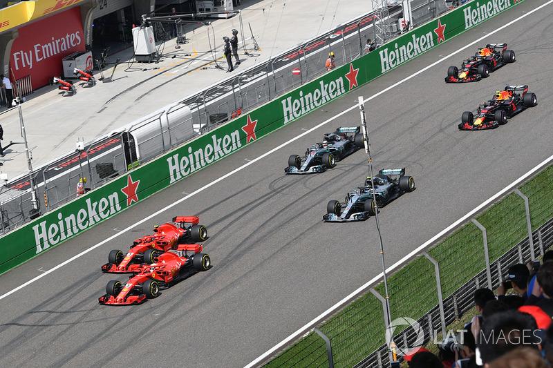 Sebastian Vettel, Ferrari SF71H et Kimi Raikkonen, Ferrari SF71H mènent au départ