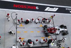 Marcus Ericsson, Sauber C37 Ferrari, dans les stands