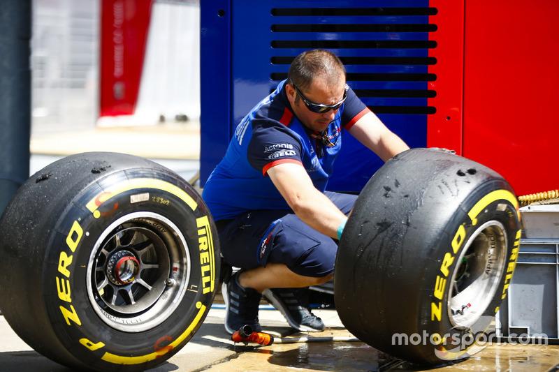 Un ingénieur Toro Rosso lave des pneus