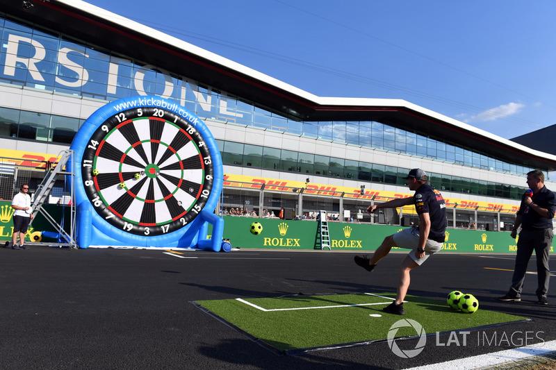 Max Verstappen, Red Bull Racing, gioca a freccette con dei palloni da calcio