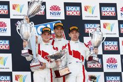 Podiumo: i vincitori della gara Robin Frijns, Stuart Leonard, Dries Vanthoor, Audi Sport Team WRT