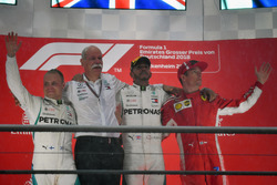 Valtteri Bottas, Mercedes-AMG F1, Dr. Dieter Zetsche, PDG de Daimler AG, Lewis Hamilton, Mercedes-AMG F1 et Kimi Raikkonen, Ferrari sur le podium
