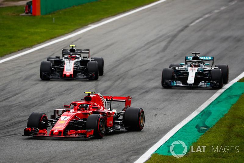 Kimi Raikkonen, Ferrari SF71H, Lewis Hamilton, Mercedes AMG F1 W09, y Kevin Magnussen, Haas F1 Team VF-18