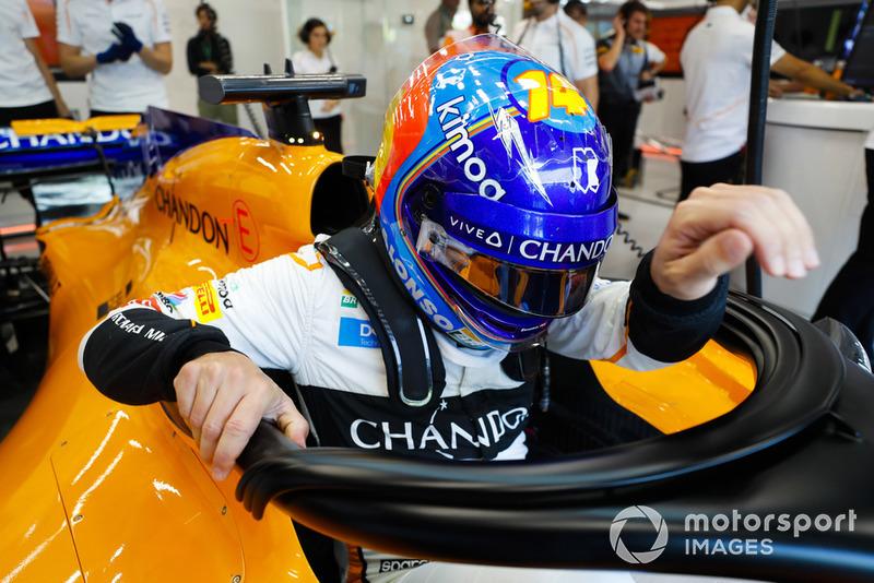 Fernando Alonso, McLaren MCL33, entra en el cockpit