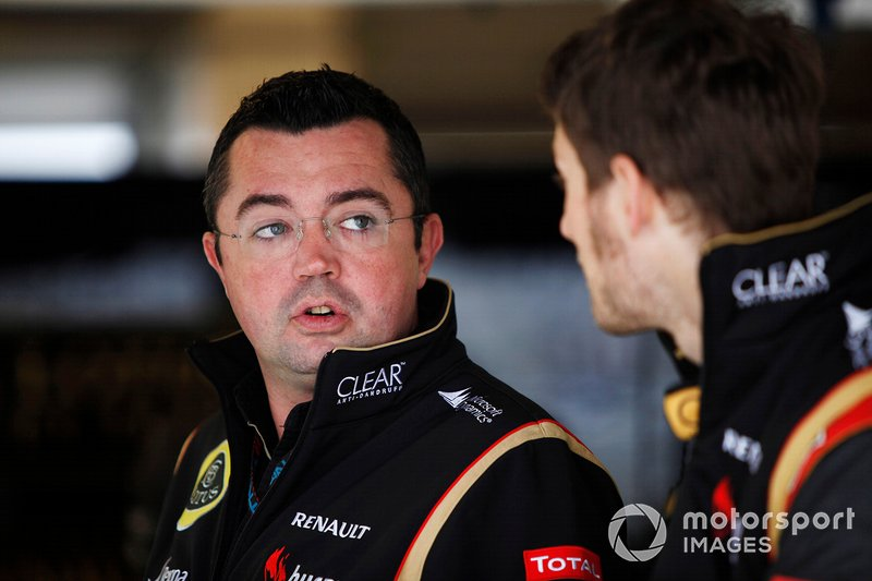 Eric Boullier, Teambaas Lotus F1, in gesprek met Romain Grosjean, Lotus F1