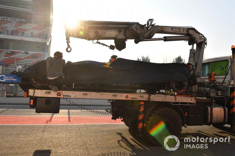 La monoposto di Lando Norris, McLaren, viene riportata ai box