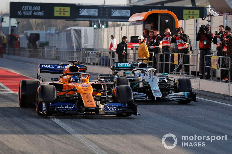 Carlos Sainz Jr, McLaren MCL34 y Valtteri Bottas, Mercedes-AMG F1 W10 EQ Power+