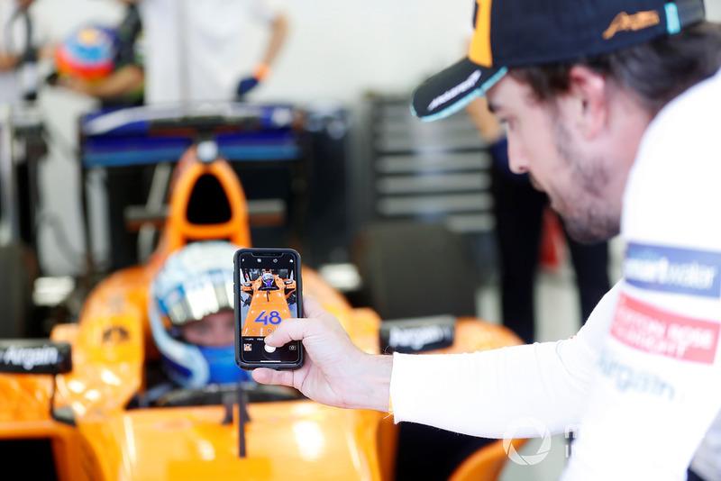 Jimmie Johnson dans la McLaren, Fernando Alonso prend une photo