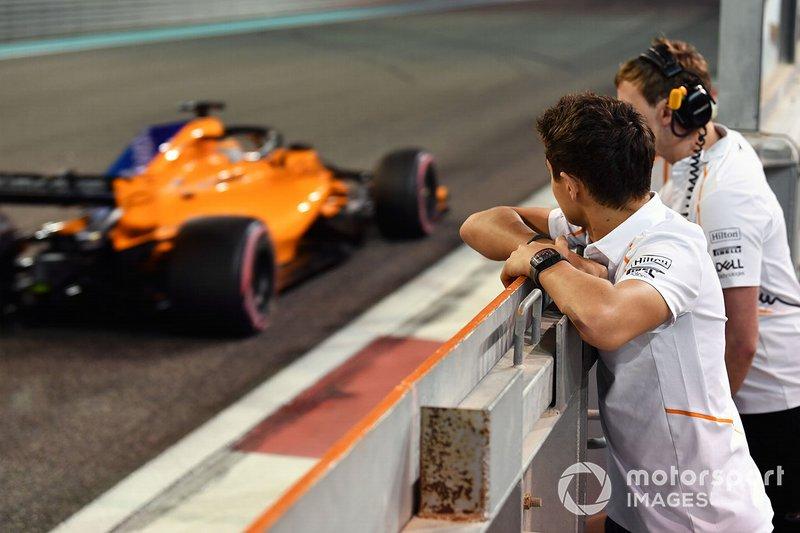 Lando Norris, McLaren observe Carlos Sainz Jr., McLaren MCL33