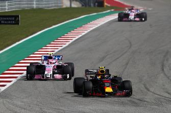 Max Verstappen, Red Bull Racing RB14, Esteban Ocon, Racing Point Force India VJM11 y Sergio Perez, Racing Point Force India VJM11