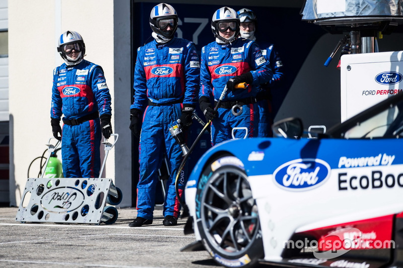 Mechaniker von #66 Ford Chip Ganassi Racing Team UK, Ford GT: Billy Johnson, Stefan Mücke, Olivier Pla