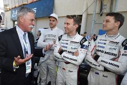 Chase Carey, directeur exécutif du Formula One Group, discute avec Dominik Kraihamer, Timo Bernhard, Earl Bamber