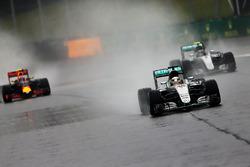 Льюис Хэмилтон, Mercedes AMG F1 W07 Hybrid, Нико Росберг, Mercedes AMG F1 W07 Hybrid, и Макс Ферстап