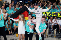 Nico Rosberg, Mercedes AMG F1 celebrates his World Championship with wife Vivian Rosberg and the tea