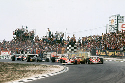 Crash: Clay Regazzoni, Ferrari 312T2; Niki Lauda, Ferrari 312T2