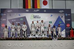 Podio P1: ganadores #2 Porsche Team Porsche 919 Hybrid: Timo Bernhard, Earl Bamber, Brendon Hartley, segundo lugar #1 Porsche Team Porsche 919 Hybrid: Neel Jani, Andre Lotterer, Nick Tandy, tercer lugar #8 Toyota Gazoo Racing Toyota TS050 Hybrid: Anthony Davidson, Sébastien Buemi, Kazuki Nakajima