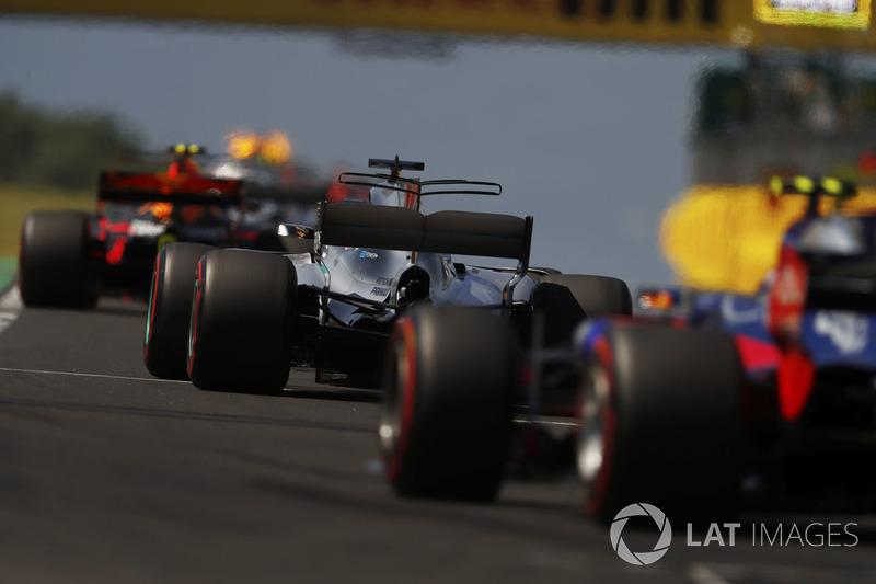 Макс Ферстаппен, Red Bull Racing RB13, Льюіс Хемілтон, Mercedes AMG F1 W08, Карлос Сайнс-молодший, Scuderia Toro Rosso STR12, позаду автомобіля безпеки