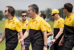 Jolyon Palmer, Renault Sport F1 Team, marche sur la piste avec des collègues
